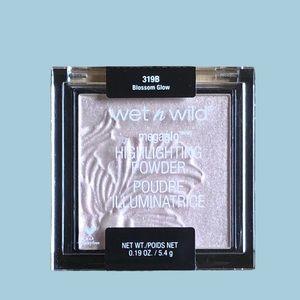 B2G2 Wet n Wild Highlighting Powder Blossom Glo